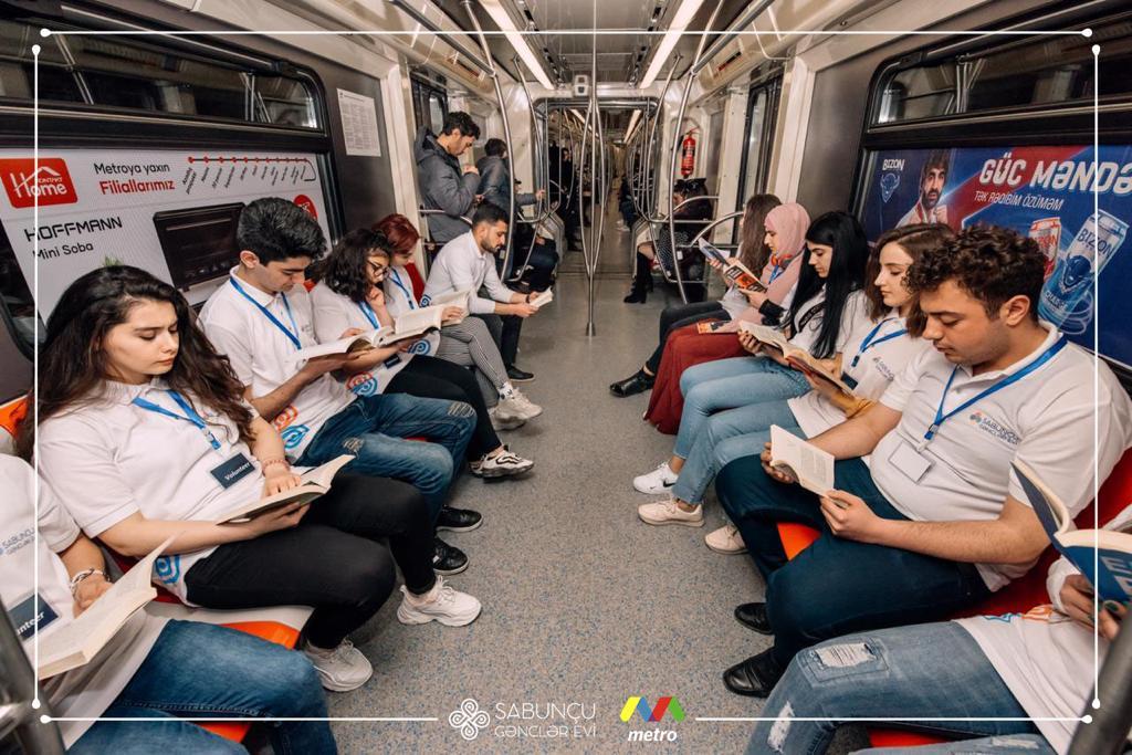 """Metroda kitab oxu"" adlı sosial aksiya"