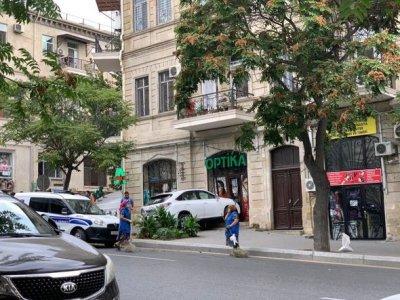 """Bakıda """"Lexus"""" aptekə çırpıldı — FOTO"""